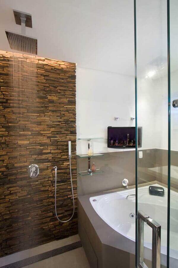 banheiro decorado com filetes de pedra ferro Foto Pietre Colorate Rivestimenti