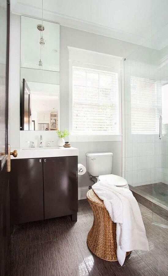 banheiro simples decorado com banco rattan Foto Terracotta
