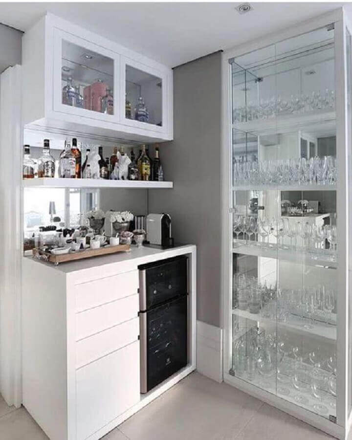 barzinho decorado com cristaleira branca moderna Foto Pinterest
