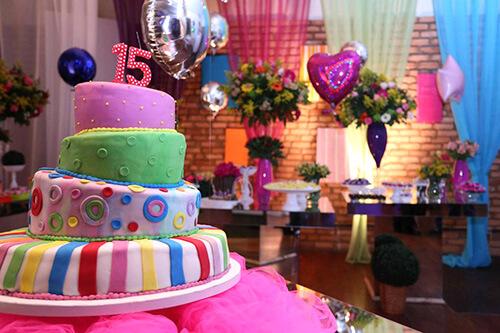 bolo de 15 anos alegre e colorido