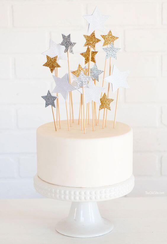 Bolo de 15 anos simples com estrelas decorando o topo