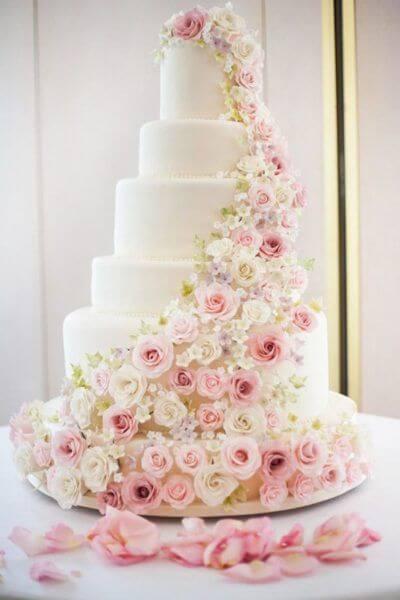 Bolo de 15 anos para festa romântica com flores