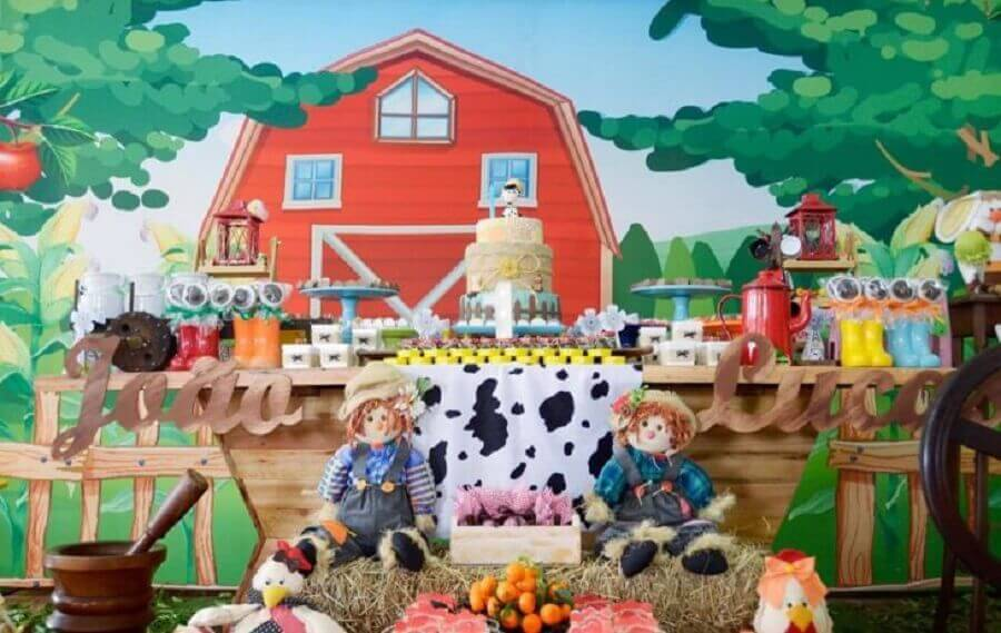 Straw dolls and panel with little house for decoration farmhouse party Photo Ateliê Cores