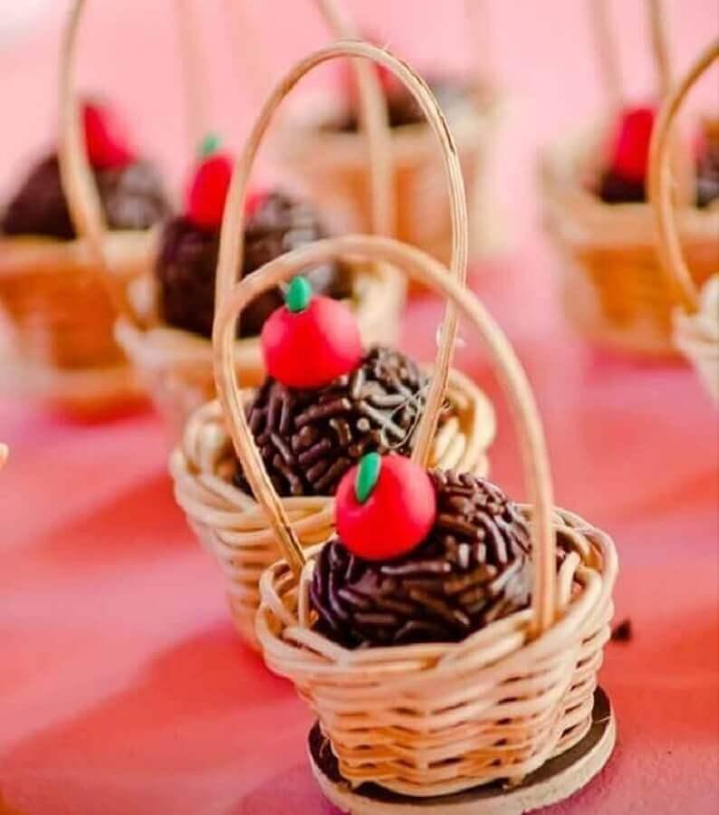 brigadeiro in wicker basket for decoration small farm party Photo Ana Ribeiro Confeitaria