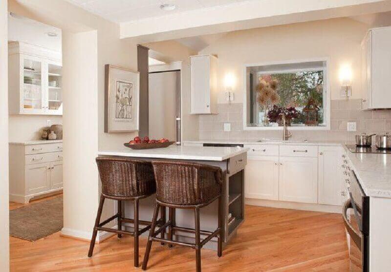 cadeira rattan para cozinha toda branca com bancada pequena Foto Aidan Design