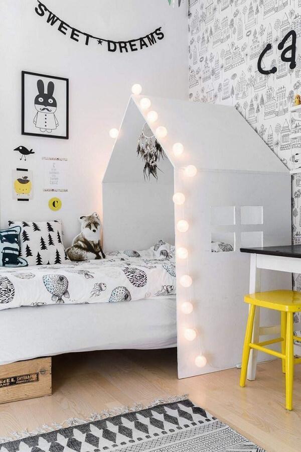 cama casinha com cordão de luz para decoração de quarto infantil Foto Casa Ricca