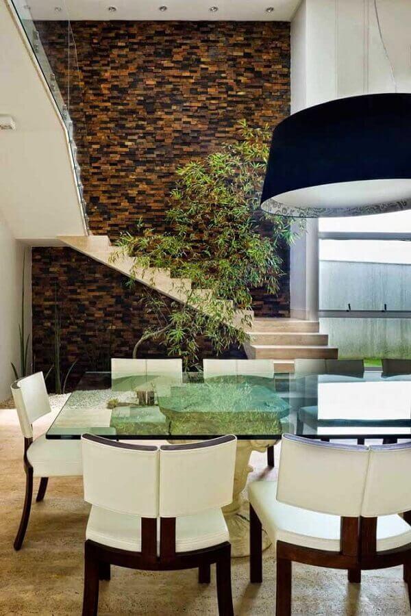casa sofisticada decorada com cadeiras modernas e pedra ferro como revestimento Foto Pietre Colorate Rivestimenti