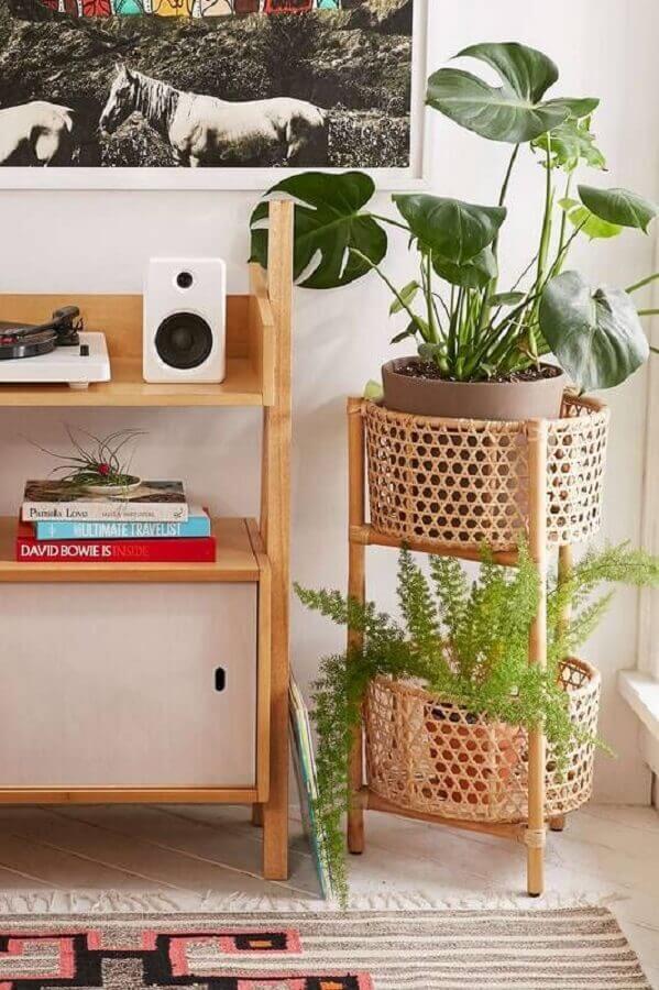 cesto rattan decorado com vasos de plantas Foto Mauricio Gebara Arquitetura