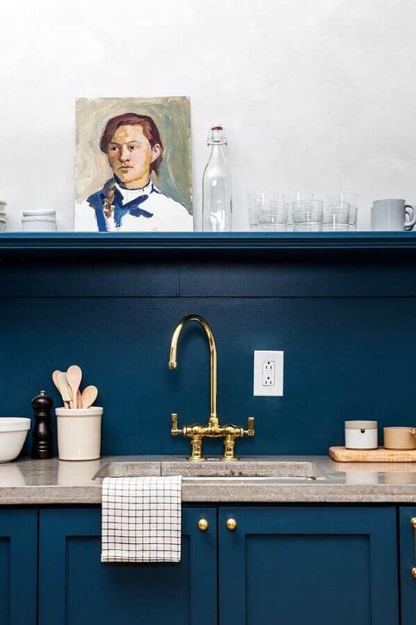 cozinha azul petróleo com detalhes em dourado Foto Apartment Therapy