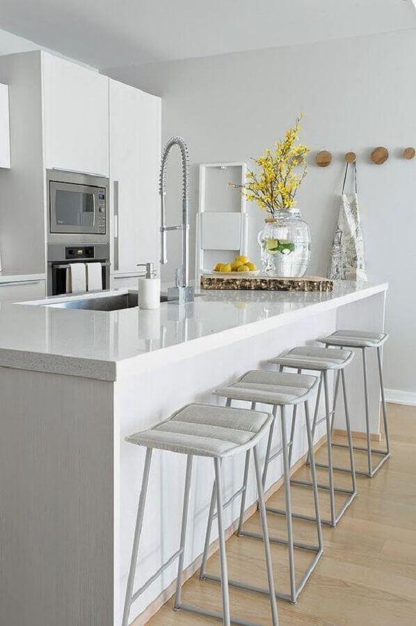 cozinha branca com ilha decorada com ganchos redondos de madeira Foto Sweet Harmonie