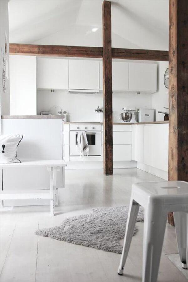 cozinha branca decorada com detalhes em madeira Foto Pinterest