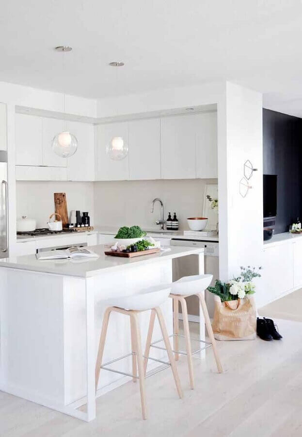 cozinha branca pequena decorada com luminárias redondas de vidro Foto YVR4sale
