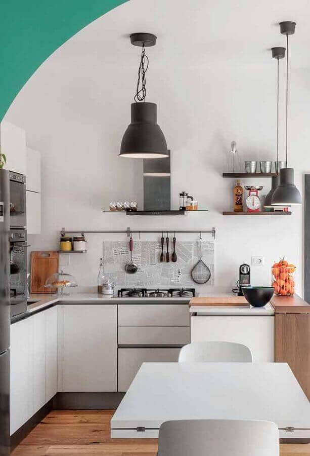 cozinha branca simples decorada com pendente preto Foto Pinosy