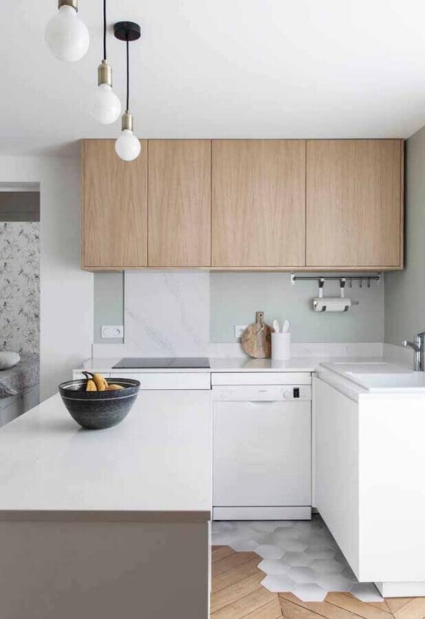 cozinha compacta branca com armário aéreo de madeira Foto Ideias Decor