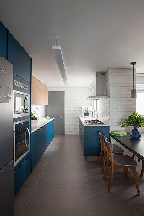 cozinha corredor planejada com azul petróleo Foto Casa100 Arquitetura
