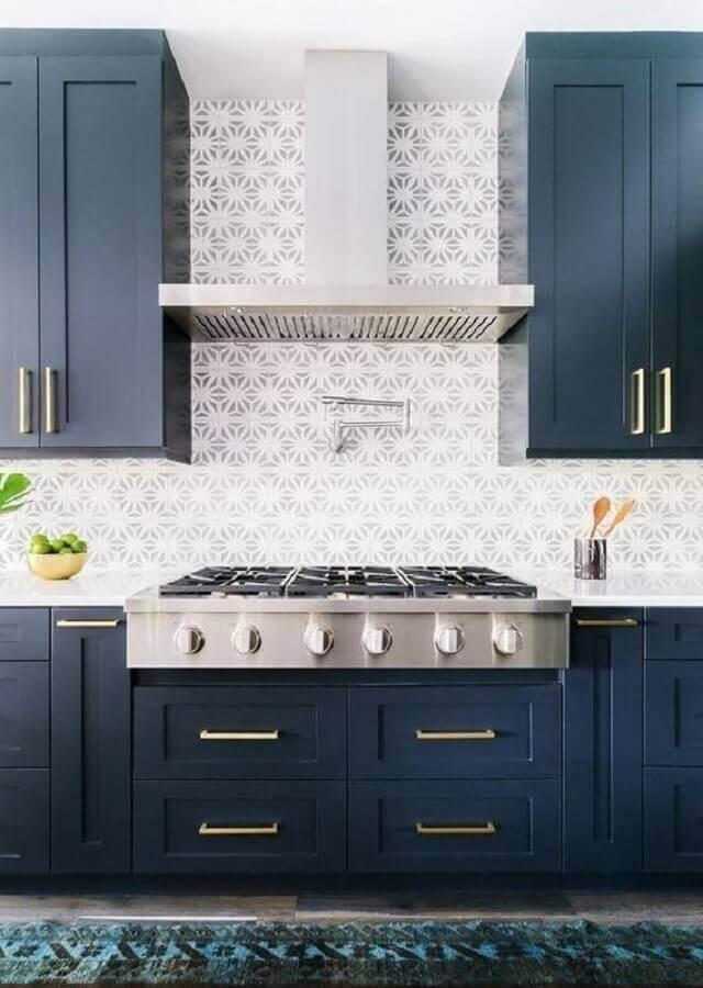 cozinha decorada com armários azul petróleo e puxadores dourados Foto Pinterest