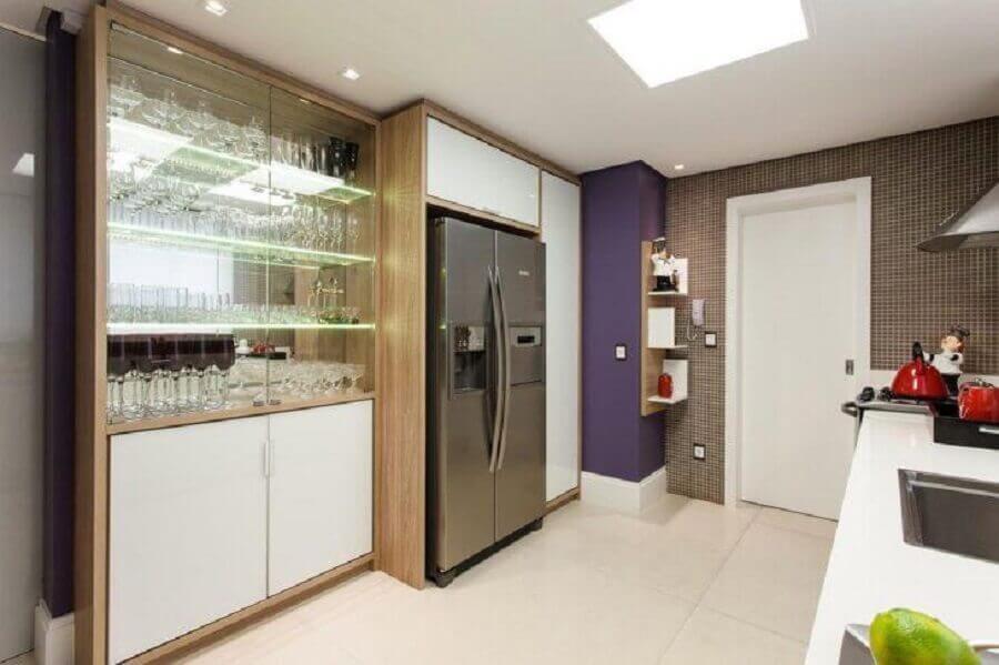 cozinha decorada com cristaleira de vidro Foto Juliana Pippi
