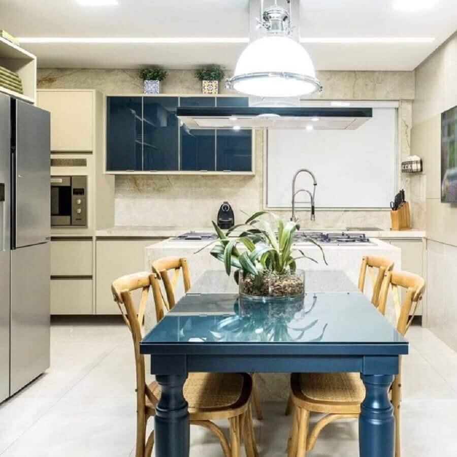 cozinha decorada com mesa azul petróleo e cadeiras de madeira Foto Leopoldo Rosado Maia