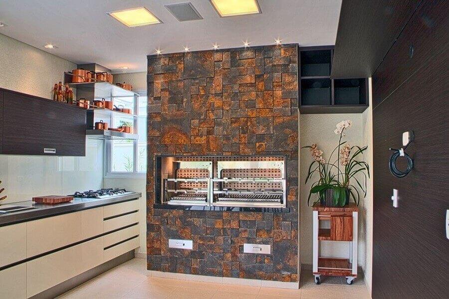 cozinha gourmet decorada com churrasqueira e pedra ferro Foto Portoro