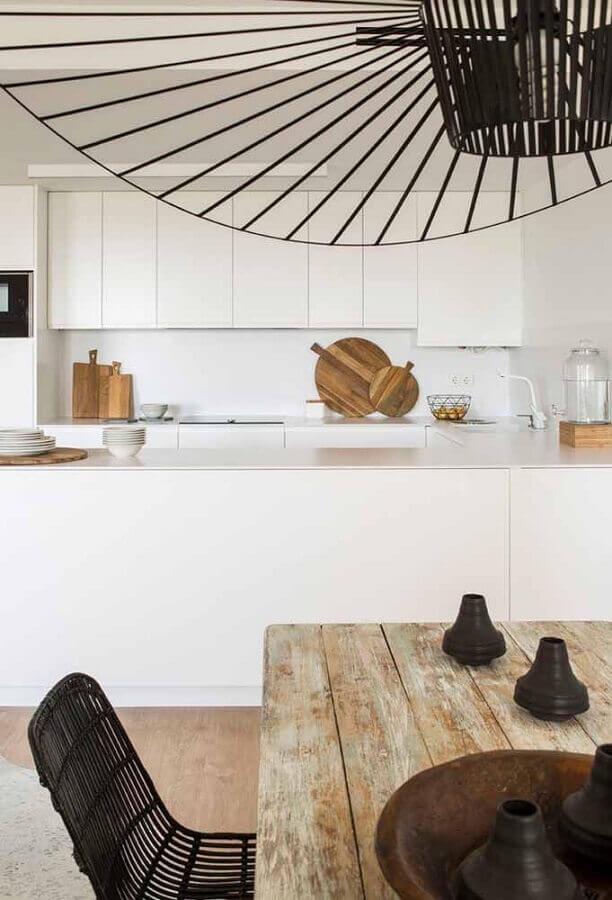 cozinha planejada branca com mesa de madeira rústica Foto Archilovers