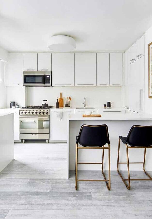 cozinha planejada branca decorada com banquetas pretas com estrutura metálica Foto Pinterest