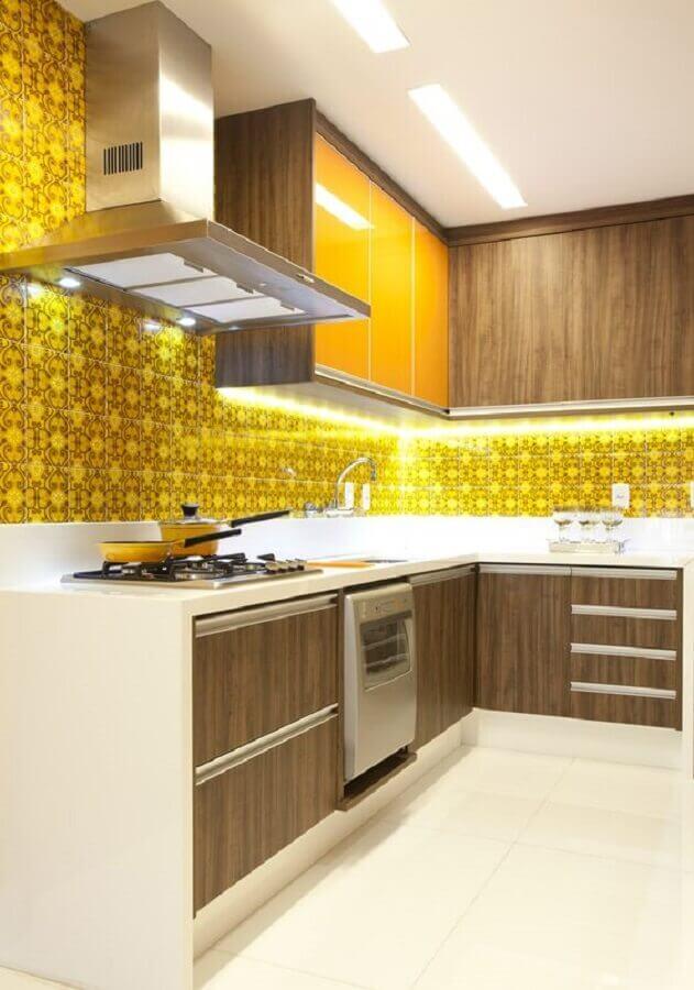 Cozinha planejada com armário de canto de madeira e decorada com azulejo de cozinha amarelo