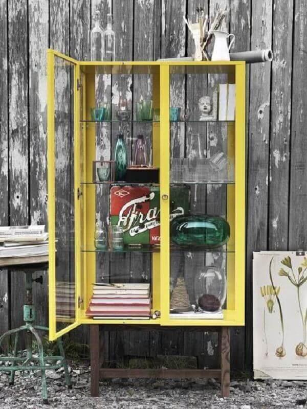 cristaleira amarela com prateleiras de vidro Foto La Pequetita
