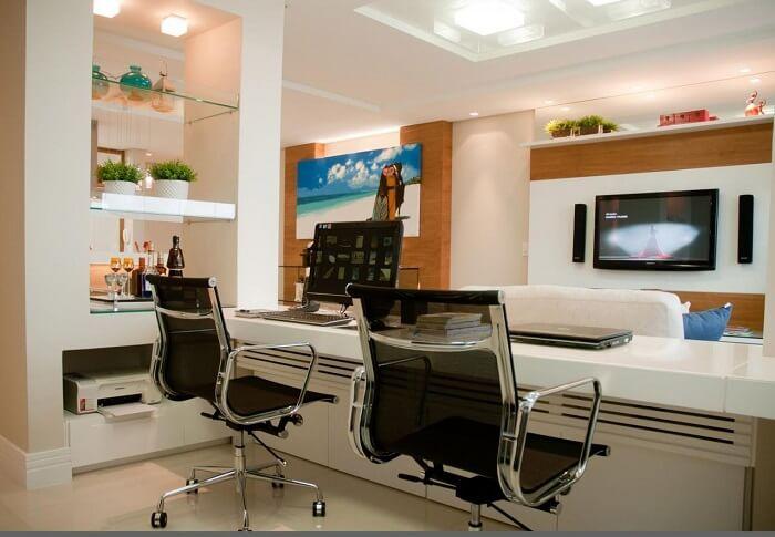 Cadeira para escritório com estrutura metálica e rodízios