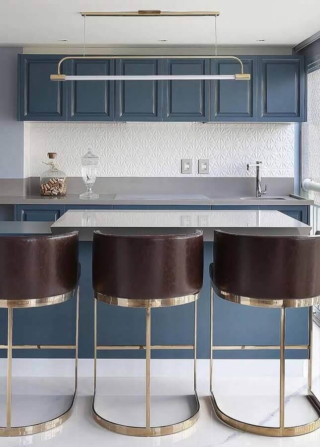 decoração azul petróleo para cozinha gourmet com banquetas arrojadas Foto Behance