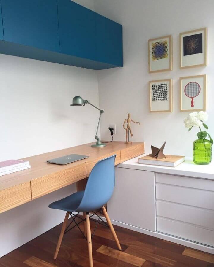 decoração azul petróleo para home office com bancada de madeira Foto Tripper Arquitetura