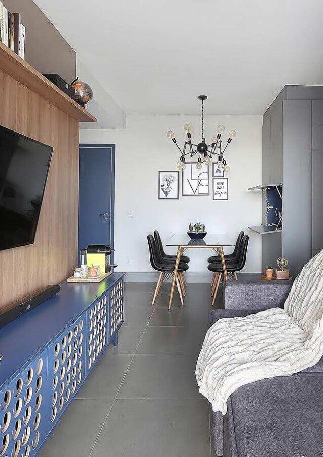 decoração azul petróleo para sala pequena com sofá cinza e painel de madeira Foto Pinterest