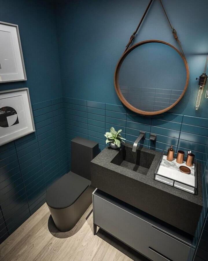 decoração banheiro moderno com espelho redondo e revestimento azul petróleo Foto Studio Gabriel Bordin