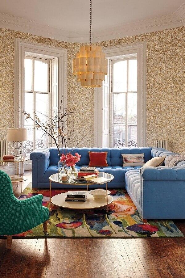 decoração clássica para sala com sofá de canto azul claro e poltrona verde água Foto Nieuwe Decoratie