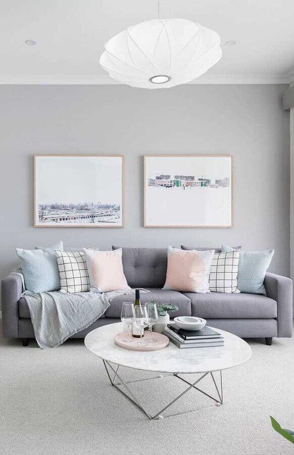 decoração clean com mesa de centro redonda e sofá cinza para sala com quadros tumblr Foto Wood Save