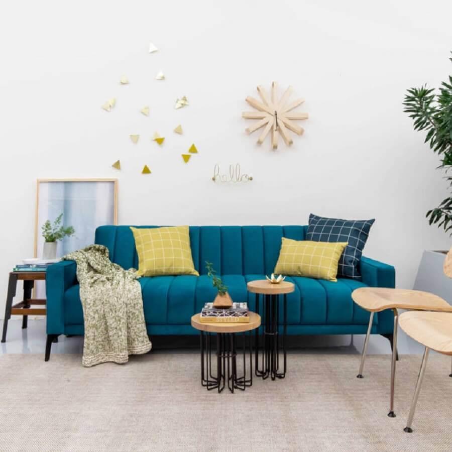 decoração clean com sofá azul e mesa de apoio de madeira Foto Compre na Muma
