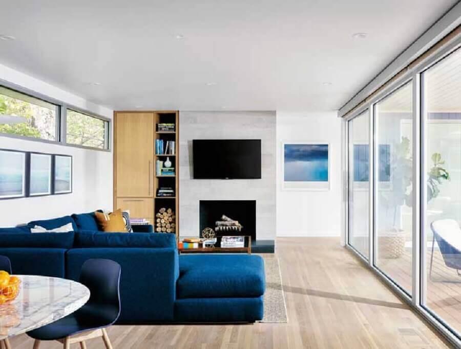 decoração clean para sala com lareira e sofá de canto azul petróleo Foto Pinterest