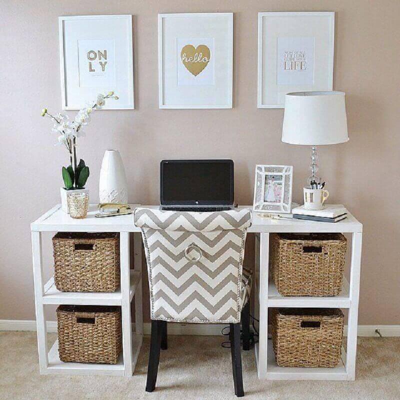 decoração com cesto rattan para home office pequeno Foto AHRN