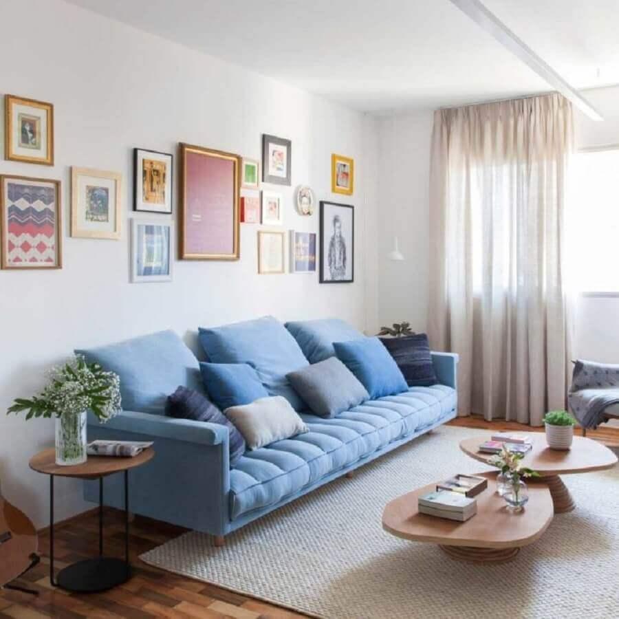 decoração com mesa de centro de madeira e sofá azul claro Foto Iná Arquitetura