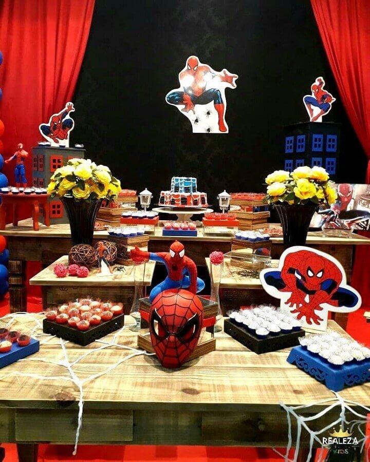 decoração com mesa de madeira para festa do homem aranha Foto Realeza Festas e Eventos