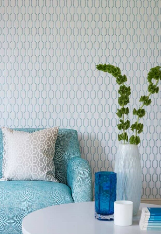 decoração com papel de parede e sofá azul claro Foto Pinosy