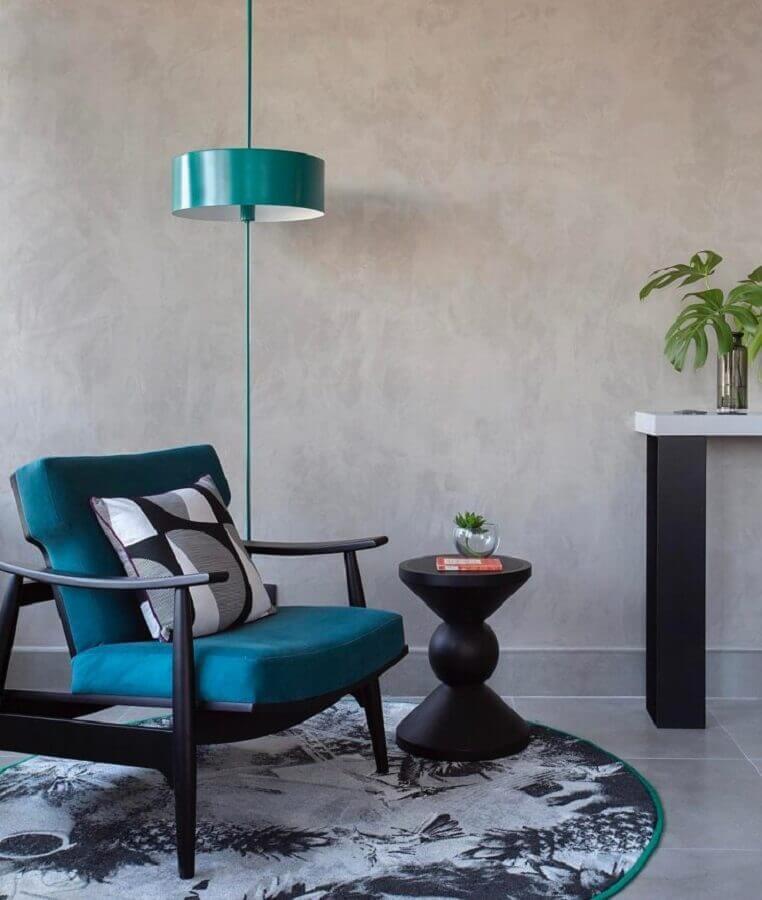decoração com parede de cimento queimado e poltrona azul petróleo Foto Melina Romano Interiores