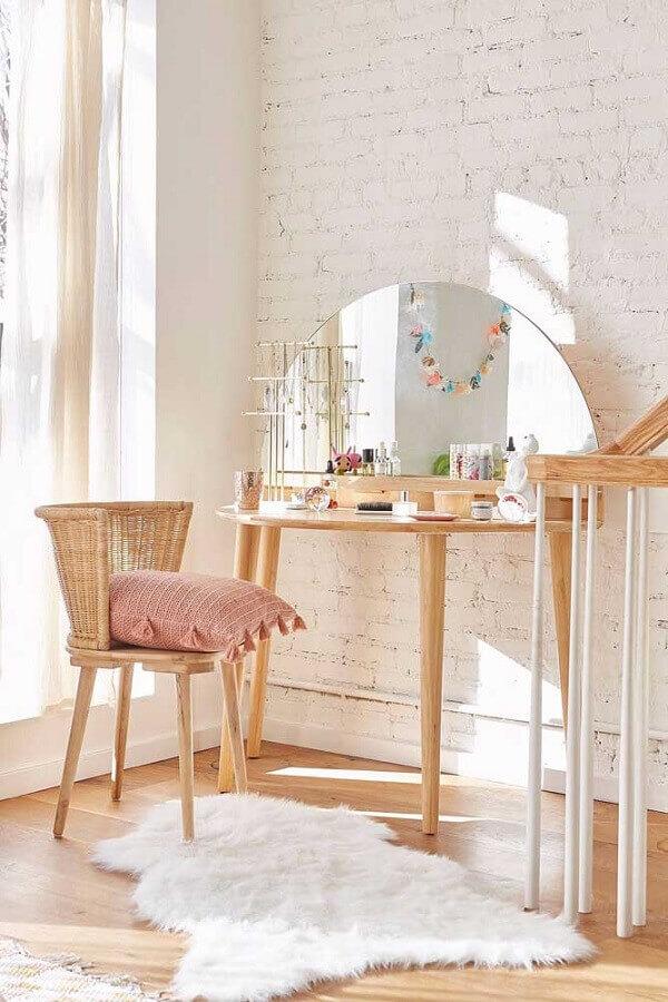 decoração com penteadeira de madeira e cadeira rattan Foto Urban Outfitters