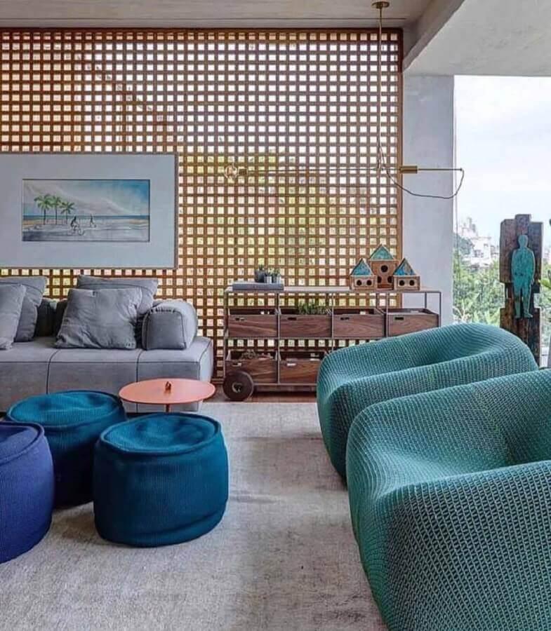 decoração com poltronas e sofás modernos para ambiente com puff azul petróleo Foto Lais Galvão