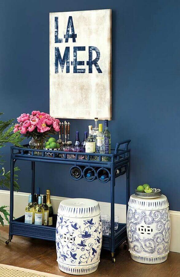 decoração com tinta de parede azul petróleo Foto Ballard Designs