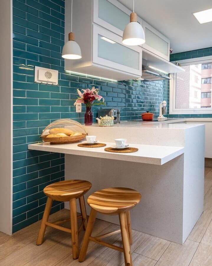 decoração cozinha pequena com revestimento azul petróleo e armários brancos Foto Marina Carvalho Arquitetura