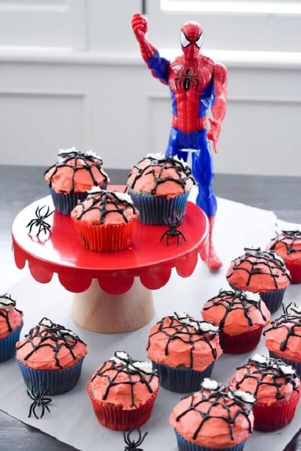 decoração de festa do homem aranha com cupcakes decorados e aranhas de plastico Foto Luminartes