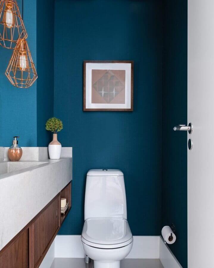 decoração de lavabo com tinta de parede azul petróleo Foto Zai Arquitetura