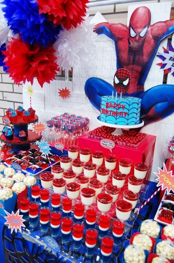 decoração de mesa para festa do homem aranha com muitos doces Foto Pinosy