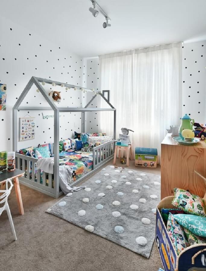 decoração de quarto infantil cinza com cama montessoriana  Foto MOOUI