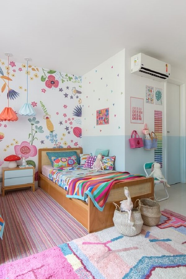 decoração de quarto infantil feminino com papel de parede floral e tapete listrado  Foto MOOUI